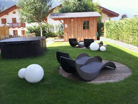 Sauna e idromassaggio esterni foto di residence kristall for Vasche per giardino