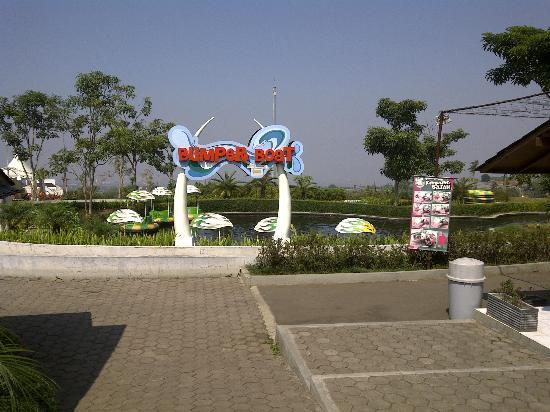 Elephant Village : salah satu arena permainan di kampung gajah, lembang