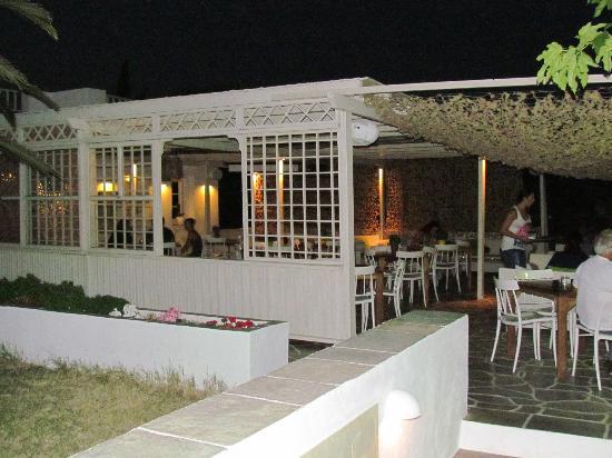 Smaragdi Hotel: Le bar extérieur de nuit