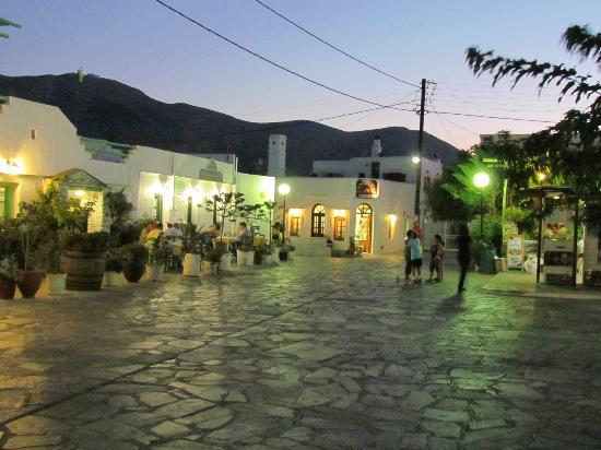 Smaragdi Hotel: La rue du village sur laquelle donne l'hôtel