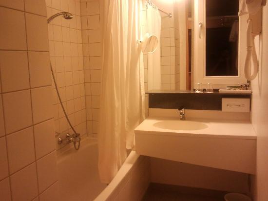 badkamer met ligbad - Picture of Gartenhotel Altmannsdorf, Vienna ...