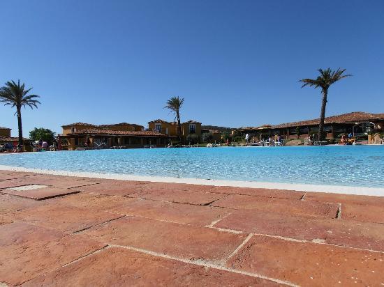 Camera quadrupla picture of villaggio baia dei pini for Resort budoni sardegna