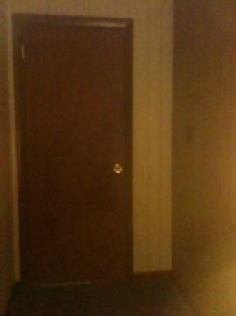 Grand View Inn and Cottages: The door to our room which could be pushed on to open without a key