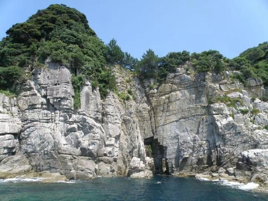Sotomo Caves and Cliffs: 洞になって向こう側が見える大門・小門(左側が大門、右側が小門)