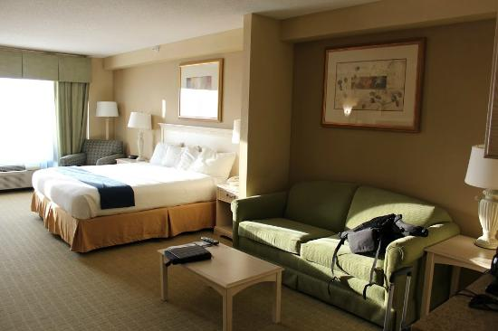 Holiday Inn Express Memphis Southwind: Large Room with sleeper sofa