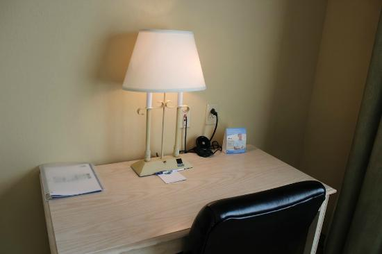 Holiday Inn Express Memphis Southwind: Work Desk-Free Wifi