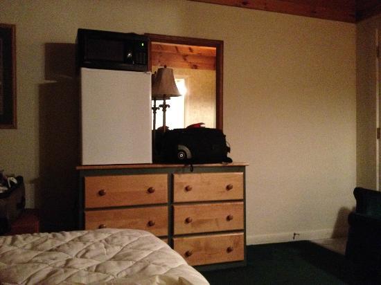 Wrens Nest Village Inn: Fridge and Microwave...