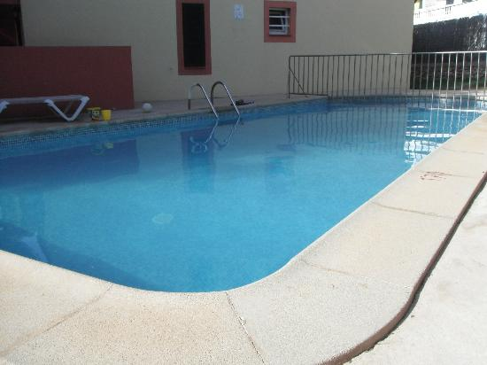 Cala Blanca Apartments: piscina que deja mucho que desear