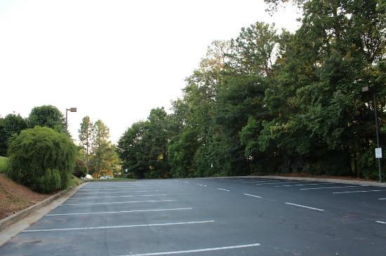 Atlanta Marriott Peachtree Corners: Beautifully Landscaped and large parking area