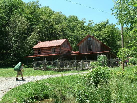Woods Hole Hostel & Mountain Retreat: Hiking into Woods Hole