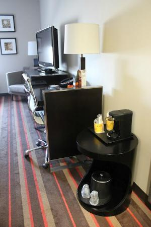 Four Points by Sheraton Las Vegas East Flamingo: Single Serve Coffee and work desk with free Wifi