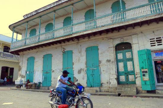 Cathedrale Notre Dame de Cap Haitien : Colonial Buildings line the area