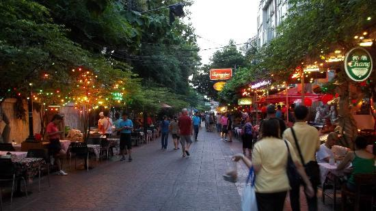 Green House BKK: Ram Buttri St at night