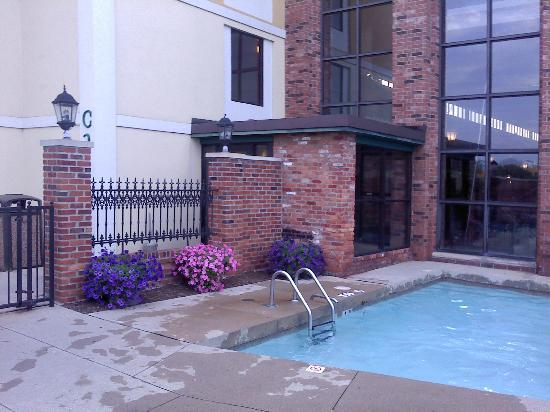 Holiday Inn Perrysburg - French Quarter: outdoor pool