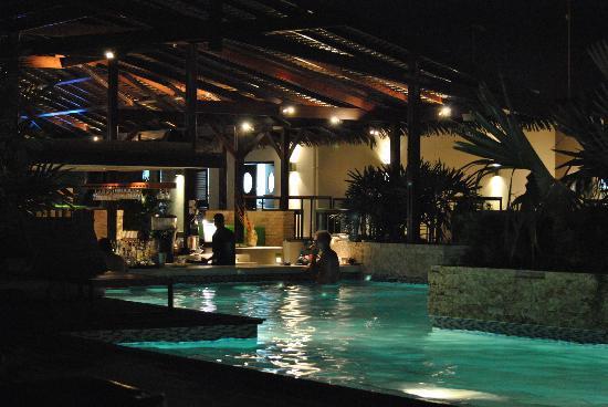 Trupial Inn: Pool and bar
