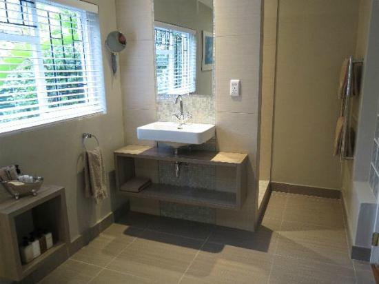 Ballinderry, The Robertson Guest House: New contemporary bathroom