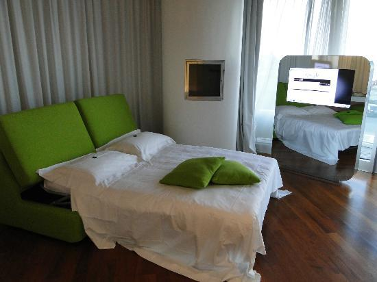 i-SUITE Design Hotel: Living room area with a sofa bed and TV