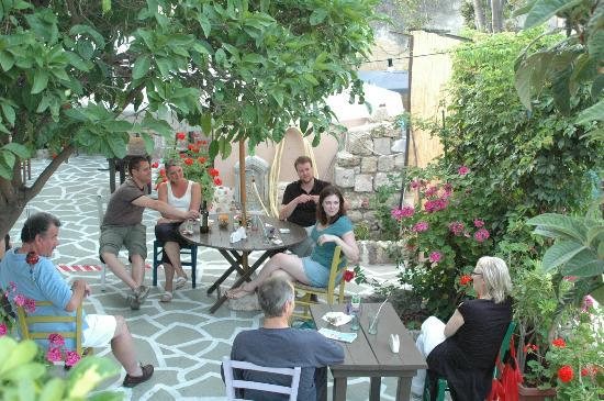 Hotel Attiki: Afternoon drinking and chatting time in the garden