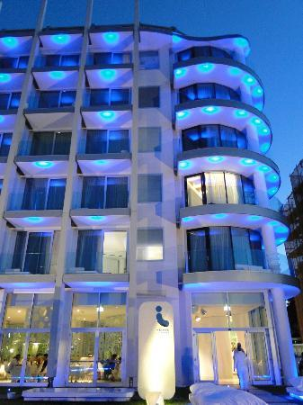 i-SUITE Design Hotel: Hotel at night