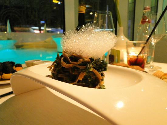 i-SUITE Design Hotel: linguini with sea urchin