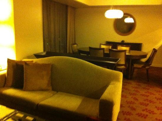 Ascott Makati: Dining and living room