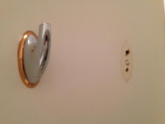 Hotel La Mandarine : le dos de la porte de salle de bain...