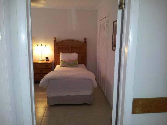 Hut Pointe Inn: single beds