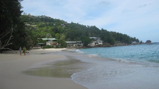 Anse Soleil Beachcomber : Strand mit Blick auf das Beachcomber (ganz links chez Julien)