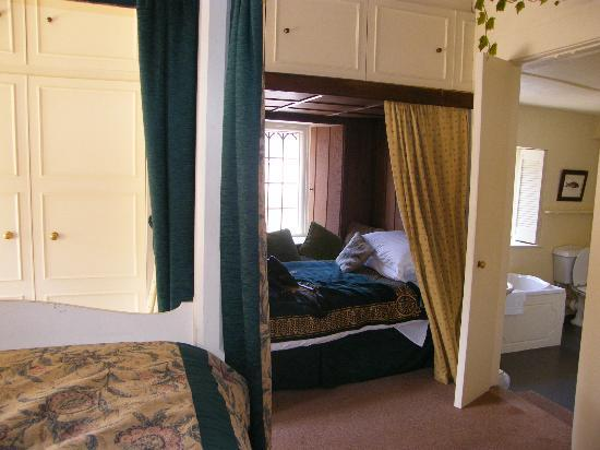 Cardynham House: The Medieval Garden room with cabin bed and ensuite bathroom