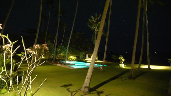 Ban Sairee Villa: Garden at night