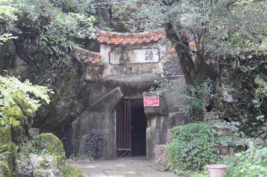Cuiping Mountain: Eingang zur ersten Grotte rechts hinter dem Tempel