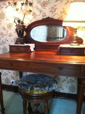 """Le Darnetal: """"Grandma's"""" bedside table"""