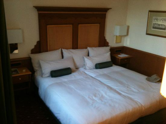 Platzl Hotel: Comfy bed and lovely squishy pillows
