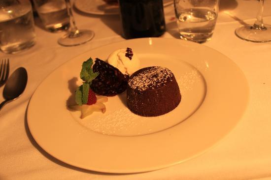 L'Abbaye Hotel: Moelleux chocolat et glace chocolat blanc