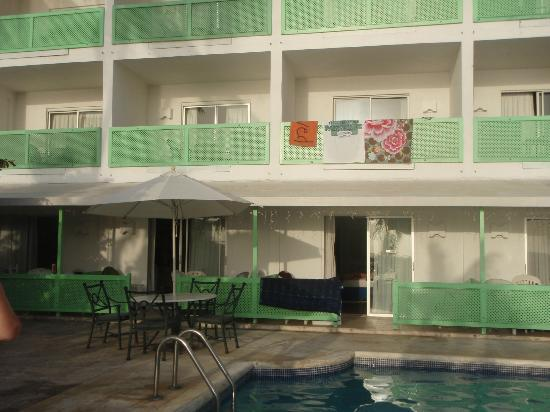 Tropical Sunset Beach Apartment Hotel: View of hotel from pool