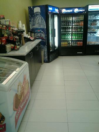 Kiki's Restaurant and Bar at The Crowne Plaza Fort Lauderdale Airport: KIKI'S GIFT SHOPPE