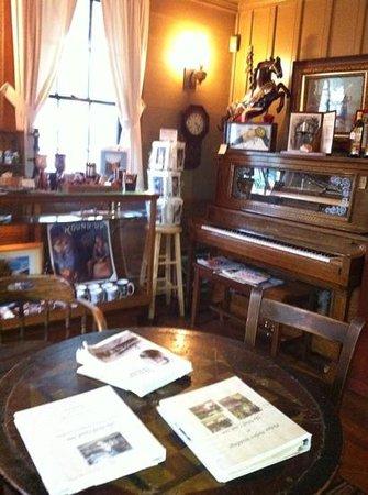 Wolf Creek Inn: sitting room