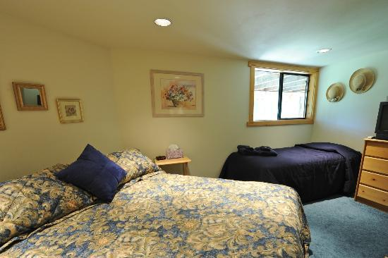 Pooles Guesthouse: The Hideaway Guestroom w/ King and Single-size beds