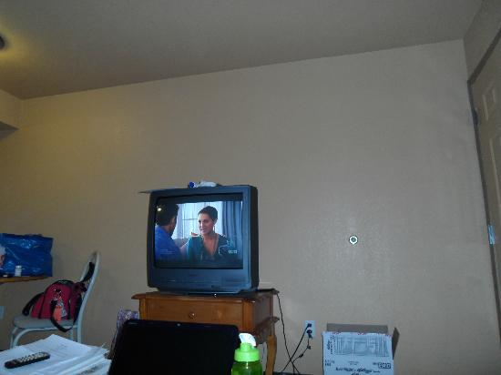 Nellis Suites at Main Gate: Size of ANTIQUE TV - ONLY one in SUITE-none in BR