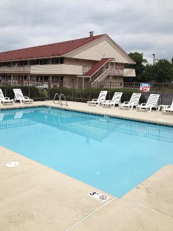 Red Roof Inn Virginia Beach: Nice pool; great for kids!