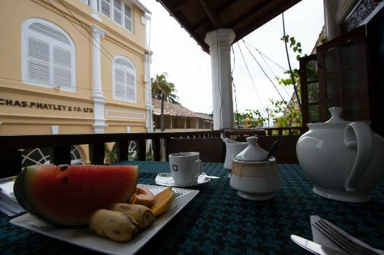 Fort Inn Guest House: Breakfast begins with a plate of fresh fruit and pot of tea. Try the Sri Lankan breakfast