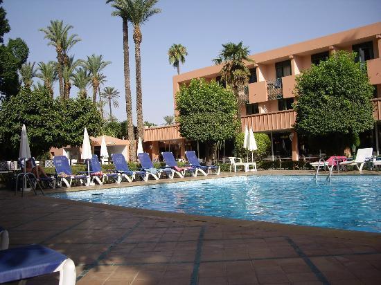 Hotel Chems : piscine derrière l'hôtel