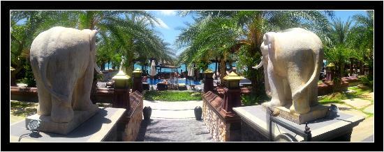Ammatara Pura Pool Villa: Les deux éléphants de la piscine
