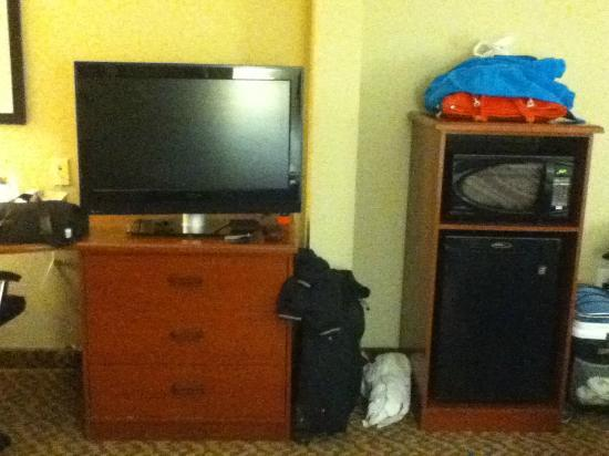 Sleep Inn & Suites: TV area in king room