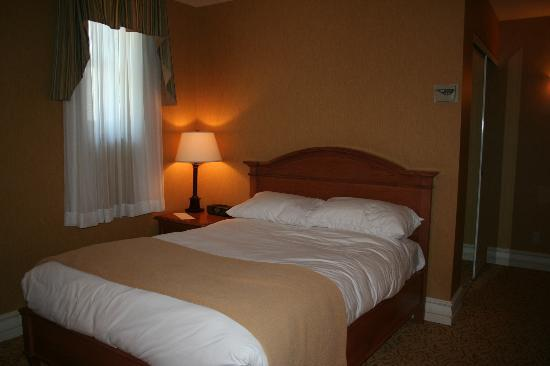 Hotel Manoir Victoria: one of the beds