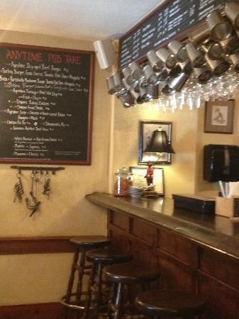 Hunter's Head Tavern: bar