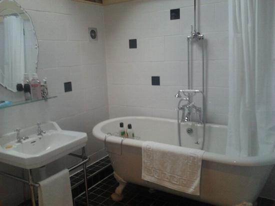 Hungry Bentley Barn: lovely deep bath