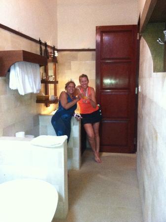 Narandha & Tierandha Villa Seminyak : baño desde ducha
