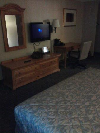 Rodeway Inn: flat screen and dresser