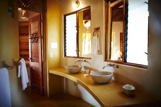 Hotel Playa Negra: Suite-bungalow bathroom